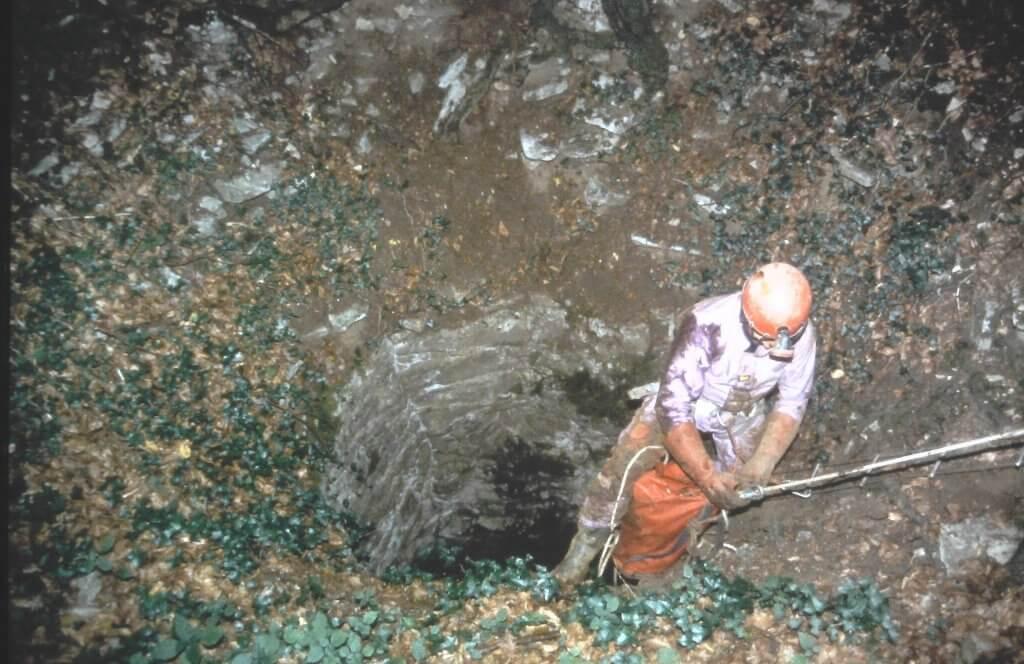 Entrée du puits principal de la mine de Forez. Nettoyage de l'orifice par la CPEPESC* en 1994. Cliché M. Cottet